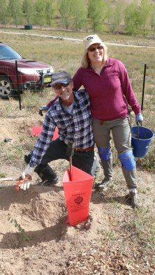 Tom and Tricia planting photo by Martin Neudert